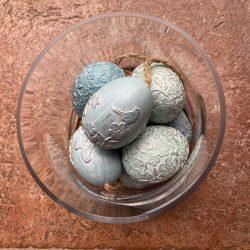Díszesen faragott kék húsvéti tojás függővel