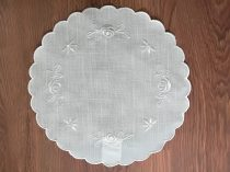 Hímzett törtfehér terítő Ø 30 cm